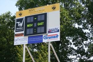 Künftig wird dem Stadionsprecher visuell geholfen, seit Freitag steht das neue Täfelchen in Meiendorf.